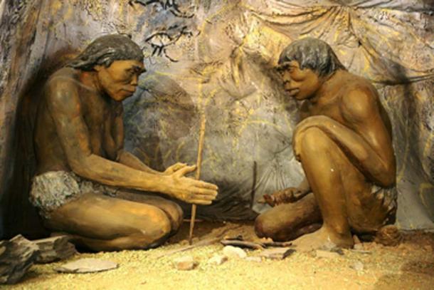 Un diorama que muestra H. erectus, la primera especie humana que se sabe que controla el fuego. (Alto contraste / Dominio público)