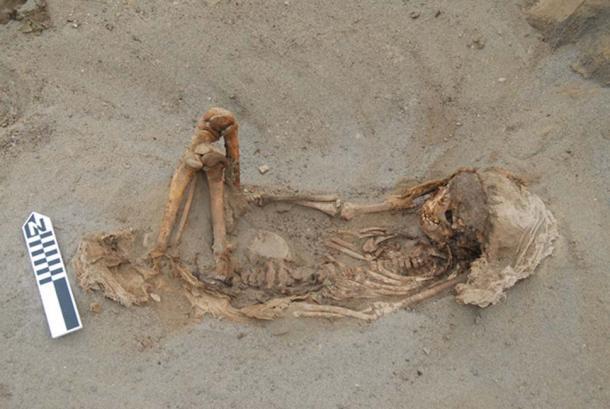 Un entierro infantil típico que descansa sobre su espalda con las piernas flexionadas y un paño sobre la cabeza. (© 2019 Gabriel Prieto et al / Plos ONE)