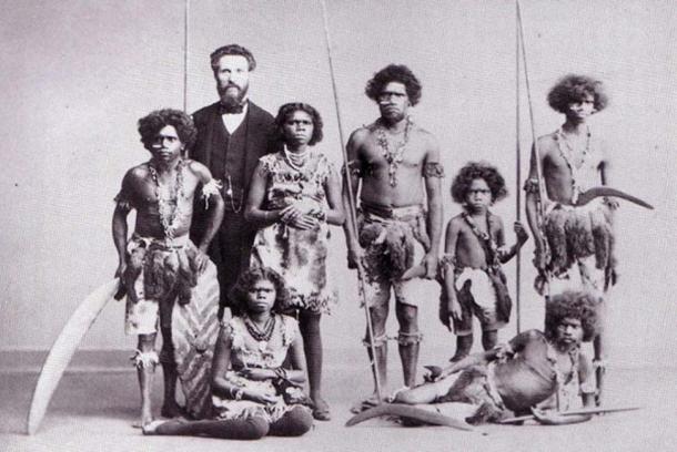 """Un grupo de aborígenes capturado en Australia, realizadando una gira por Europa y América en los espectáculos de """"curiosidades humanas"""" de PT Barnum & Bailey en el circo, donde fueron representados como salvajes feroces y caníbales (dominio público)"""