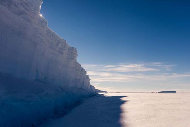 Un imponente muro de hielo de la vida real. (Mario Hoppmann / Adobe Stock)