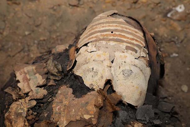 Una de las 50 momias recientemente descubiertas pertenecientes a la era ptolemaica (323-30 a. C) encontradas en el sitio de Tuna El-Gebel en Minya. (Ministerio de Antigüedades de Egipto)