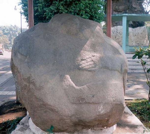 Una escultura en forma de barriga de Monte Alto en Guatemala, en exhibición en la plaza de La Democracia. (CC BY-SA 3.0)