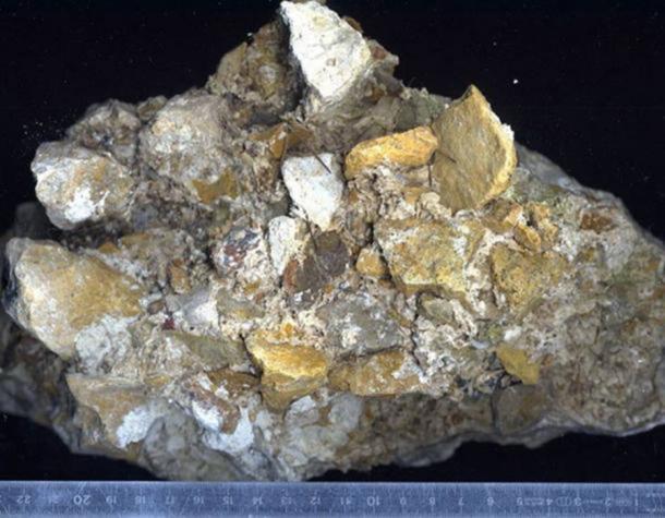 Una pieza magnificada de hormigón romano que consiste en cal, arena volcánica y roca (CC BY SA 3.0)
