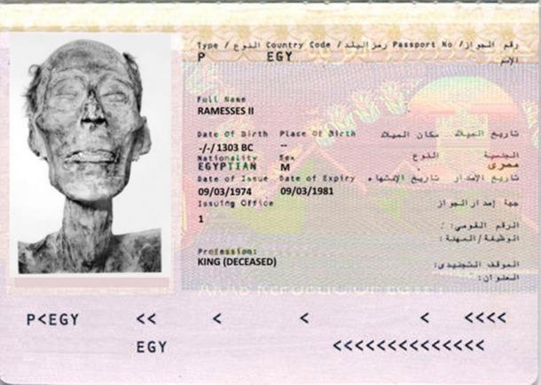 Una maqueta para la única momia con pasaporte. Ramsés II (dominio público) en un ejemplo de una página de Bio de pasaporte egipcio. ( Dominio publico )
