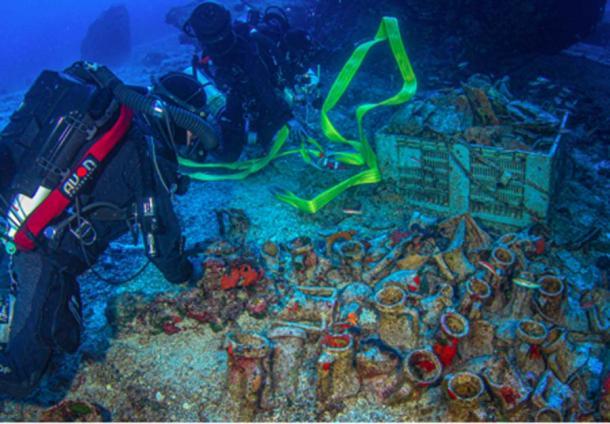 Los miembros del Equipo Especial de Buceo de la Unidad de Desastres Submarinos de la Guardia Costera examinan y recuperan muchos objetos en Antikythera Wreck. (Ministerio de Cultura griego)