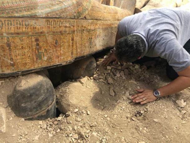 El ministro de Antigüedades Khaled el-Anany observa ataúdes de colores antiguos recientemente descubiertos. (Ministerio de Antigüedades)