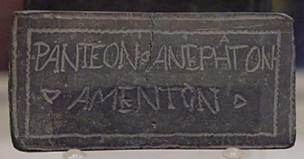 Defixio tabella (tableta de maldición) opistográfica con signos mágicos en un lado y una inscripción en latín / griego de significado dudoso en el otro lado. Origen desconocido (Dominio publico )