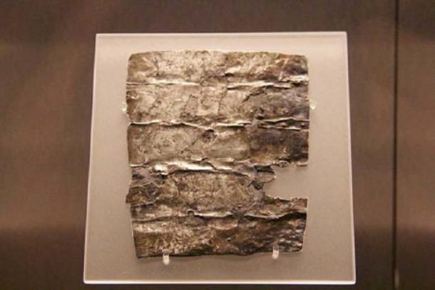 Una tableta de maldición romana del Patio del Templo. Baños romanos, Bath, Reino Unido. Esta tableta maldita se queja del robo de una capa y una túnica de baño. (Mike Peel / CC BY SA 4.0 )