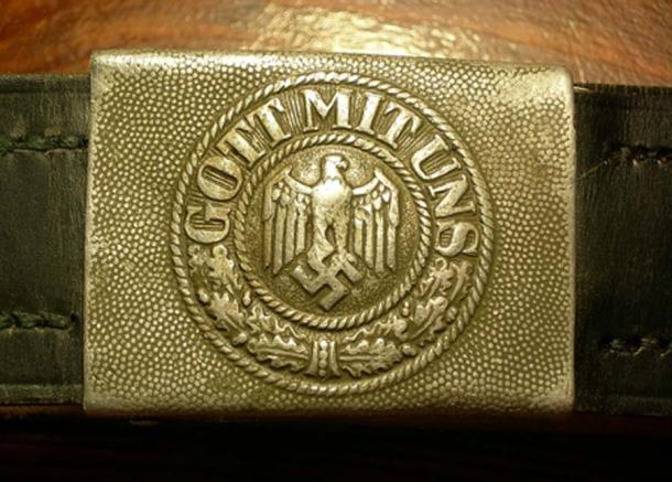 """Hebilla militar alemana original de la Segunda Guerra Mundial """"GOTT MIT UNS"""" (Wehrmacht). El texto sobre el metal da testimonio de la profunda creencia en Dios: como Hitler enfatizó: """"Un nacionalsocialista es, por definición, un creyente en Dios"""". (Dominio público)"""