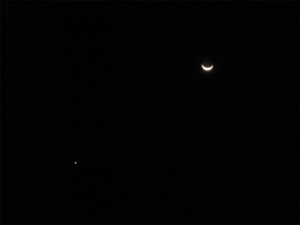 Urano por una luna creciente. (Leonora (Ellie) Enking / CC BY SA 2.0)