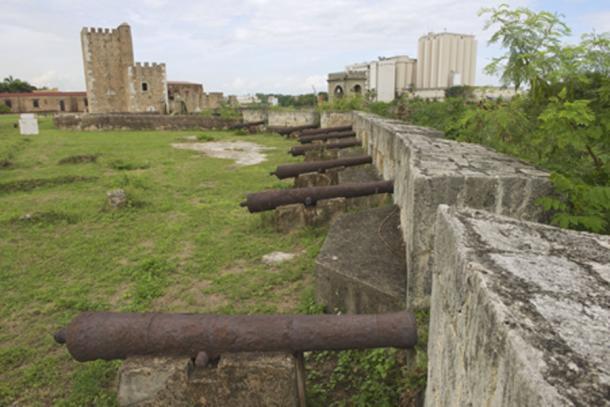 Viejos cañones de la fortaleza (Dmitry Chulov/Adobe Stock)