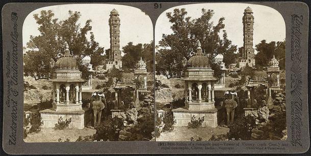 La Vijay Stambha, o Torre de la Victoria, fue erigida por Rana Kumbha en el 1400 para conmemorar su victoria sobre el Sultán de Malwa. El Vijay Stambha es una pieza arquitectónica imponente, que se eleva a una altura de 37,2 m (122 pies). (Dominio público)