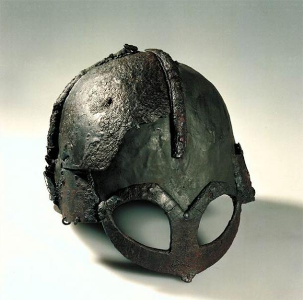Casco de la era vikinga descubierto en 1943 en la granja Gjermundby en el sur de Noruega. El casco Gjermundbu es uno de los dos cascos vikingos casi intactos descubiertos hasta la fecha, el otro es el casco Yarm. También se han descubierto fragmentos de cascos vikingos capaces de reconstruirse en Tjele, Gotland y Kiev. (NTNU Vitenskapsmuseet / CC BY-2.0)