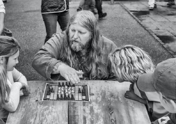 """Un """"vikingo"""" que enseña a jugar el antiguo juego de mesa, """"hnefatafl"""". (f4Niko / CC BY-SA 2.0)"""