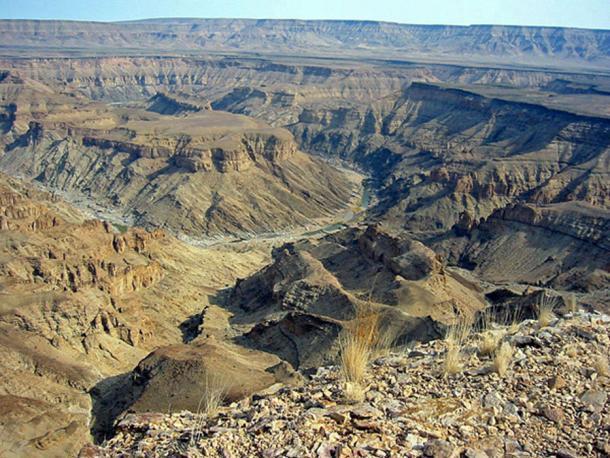 Vista a través del cañón del río Fish hacia las montañas Huns (Schoch, T / CC BY SA 3.0)