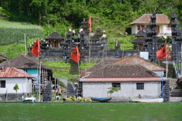 Vista del antiguo pueblo Trunyan y del templo hindú del lago Batur, Bali. (dani3315 / Adobe Stock)