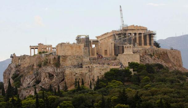 Vista hacia el este hacia la Acrópolis de Atenas en construcción durante el verano de 2014. (Ziegoat / CC BY-SA 4.0)