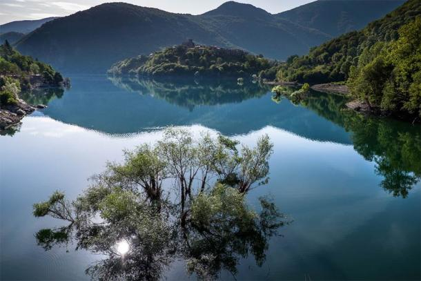 Vista sobre el lago Vagli en Toscana. (robertonencini / Adobe Stock)