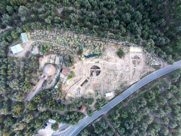 Una vista aérea del sitio muestra la tumba de Tholos IV, a la izquierda, encontrada por el arqueólogo de la UC Carl Blegen en 1939 en relación con las dos tumbas familiares llamadas Tholos VI y Tholos VII, descubiertas el año pasado por los arqueólogos de la UC Jack Davis y Sharon Stocker. (UC Classics)