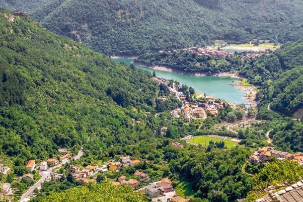 Vista del lago Vagli desde Vagli di Sotto. (Mushy / Adobe Stock)