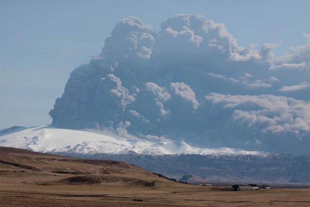 La columna volcánica de la erupción volcánica de Hvolsvöllur de 2010 en Islandia. El penacho de la mega erupción de Ilopango habría sido muchas, muchas veces más grande: se habría extendido 45 kilómetros hacia la atmósfera superior. Fue lo suficientemente grande como para enfriar el planeta durante casi 18 meses. (Gusano boa / CC BY 3.0)
