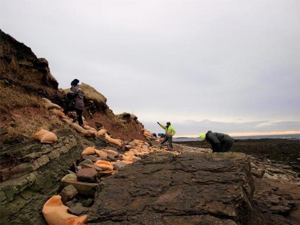 Voluntarios reparando daños al cementerio vikingo. (Amanda Brend / ORCA)