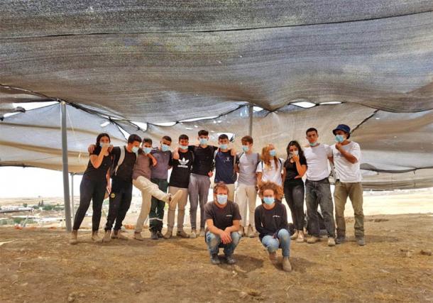 Algunos de los voluntarios que trabajaron en el sitio de excavación de la fábrica de jabón más antigua del mundo en Rahat, Israel (Emil Aladjem / Autoridad de Antigüedades de Israel)