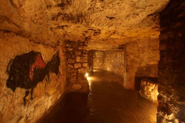 Arte de estilo prehistórico decora las paredes del laberinto.