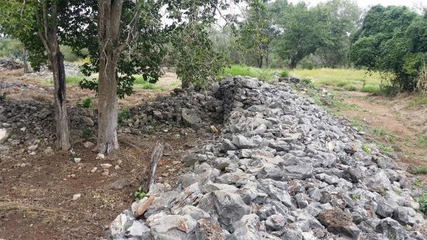 La mayoría de las paredes en el sitio ahora se reducen a pilas de rocas en forma. (Imagen: R Fergusson)