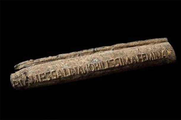 """Tubería de agua de plomo, romana, 20-47 d.C, con el nombre del propietario en la tubería - """"La dama más notable Valeria Mesalina"""" (tercera esposa del emperador romano Claudio). (CC BY 4.0)"""