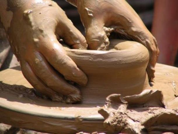 Se cree que las primeras ruedas se usaron para hacer cerámica. Fuente de la foto.