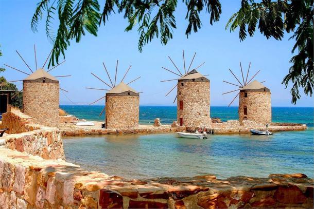 Molinos de viento icónicos de la moderna isla de Chios, Grecia. (raban48 / Adobe stock)