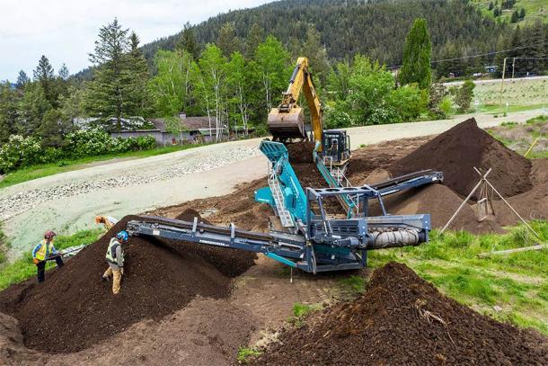 El WLIB alquiló una planta de cribado de energía para procesar los postes del suelo cuando las restricciones de COVID-19 suspendieron el día de arqueología comunitaria. (Sugar Cane Archeology)
