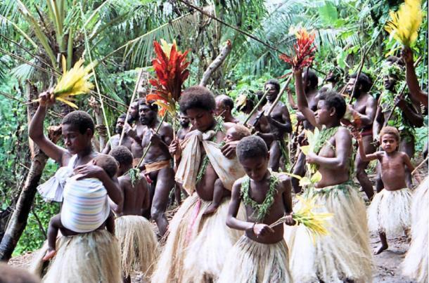 Mujeres y niños bailando y cantando en una ceremonia de buceo en tierra en la isla de Pentecostés, Vanuatu. (Paul Stein / CC BY-SA 2.0)