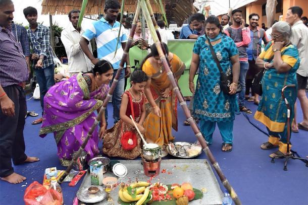 Mujeres en un festival de Pongal, hirviendo arroz y leche en una nueva olla de barro hasta que se desborda. (Choo Yut Shing / CC BY-NC-SA 2.0)