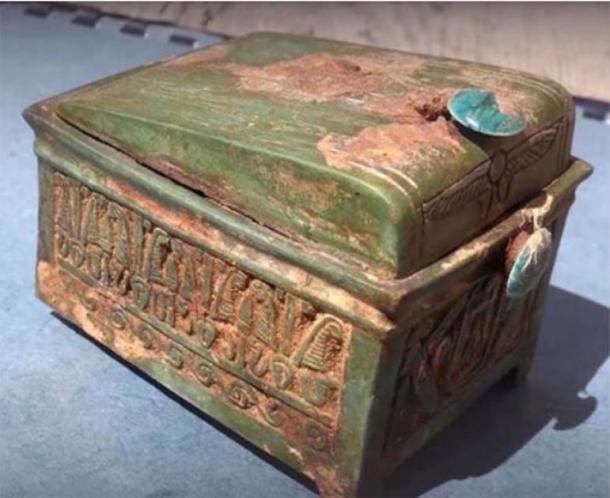 El cofre de madera encontrado en el sitio de excavación, que ha revelado pistas sobre la ubicación de la tumba de Thutmose II. (Andrzej Niwiński / Instituto de Arqueología de la Universidad de Varsovia)