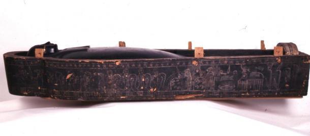 El ataúd de madera también estaba cubierto de goo negro. (© Los Fideicomisarios del Museo Británico / CC BY NC-SA 4.0)