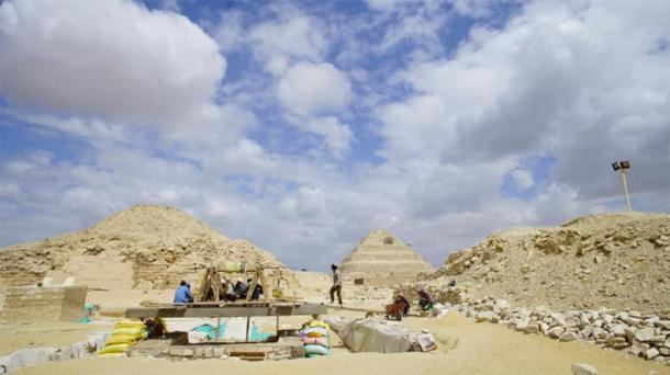El complejo del taller de momificación en Saqqara. La famosa pirámide escalonada de Saqqara se puede ver en el fondo. Crédito: Ministerio de Turismo y Antigüedades.