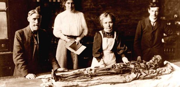 Portada - Margaret Murray retirando los vendajes de la momia de Khnum-Nakht. (Fotografía: The Manchester Museum)