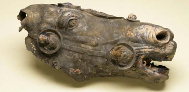Portada - Fotografía de la cabeza de caballo romana de bronce descubierta en Alemania anterior a su restauración. Fuente: J. Bahlo, Instituto Arqueológico Alemán