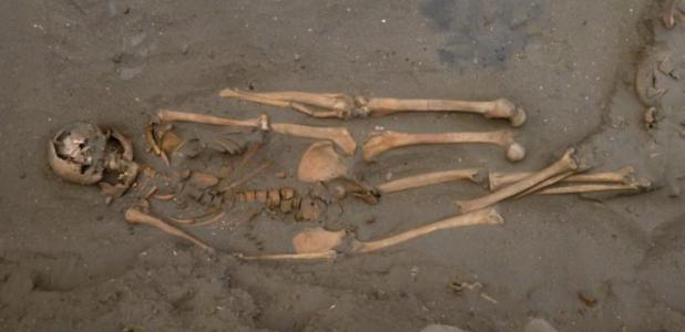 Portada - Restos óseos de un antiguo pescador de tiburones peruano, quien fue enterrado con dos piernas izquierdas adicionales. Crédito de la fotografía: Gabriel Prieto / National Geographic.
