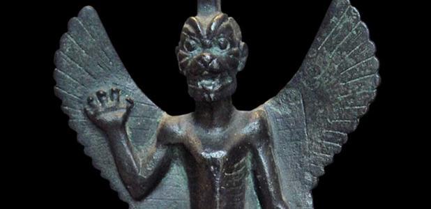 Portada - Detalle de una estatuilla de bronce de Pazuzu, (800 a. C. – 700 a. C.). Pazuzu era un espíritu maligno asirio del que se creía que podía ahuyentar a otros espíritus malignos, protegiendo de este modo a las personas contra plagas y desgracias. Fuente: CC BY SA 3.0