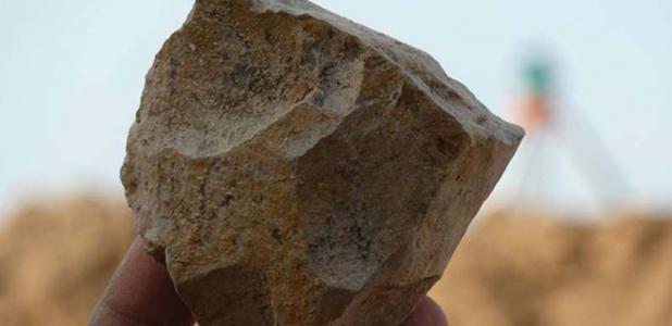 Portada - Herramienta de piedra olduvayense excavada recientemente en Ain Boucherit, Argelia. Fuente: M. Sahnouni
