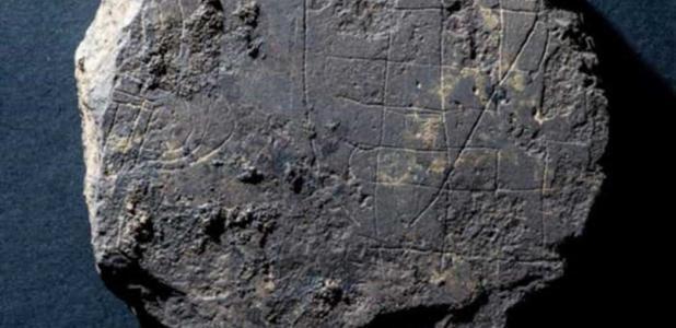 Portada - Juego de mesa vikingo descubierto recientemente en Aberdeenshire, Escocia. Fuente: Michael Sharpe/Book of Deer Project