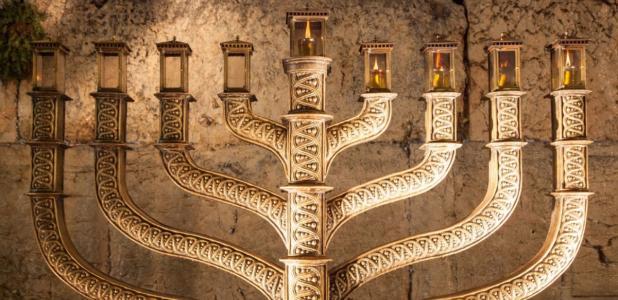 Portada - Menorá de la Hanukkah con el Muro de las Lamentaciones al fondo. Fuente: (yokypics/Fotolia)