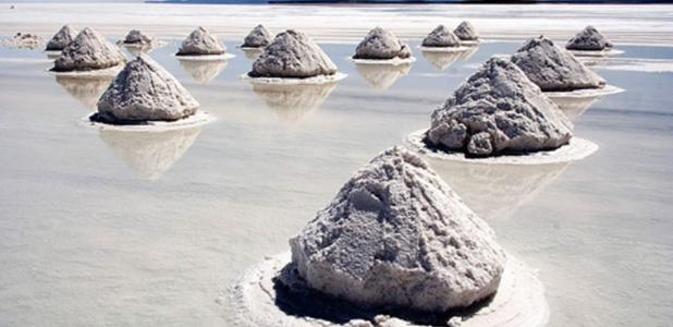 Portada - Producción moderna de sal. Conos de sal, Salar de Uyuni, Bolivia. Fuente: Luca Galuzzi / CC BY-SA 2.5