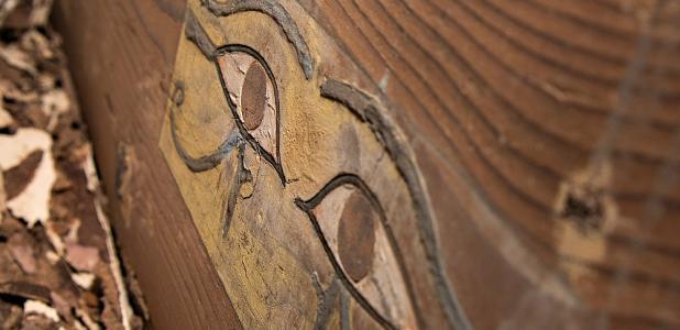 Portada - Detalle del ataúd de Shemai, aristócrata egipcio de la dinastía XII. (Fotografía: Patricia Mora/Universidad de Jaén/National Geographic España)