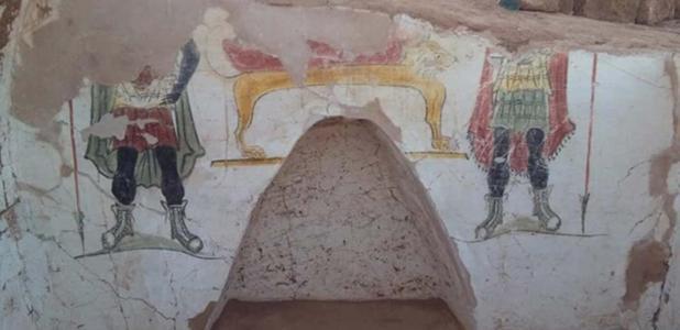 Portada - Detalle de pintura mural en torno a un nicho en una de las tumbas romanas descubiertas en el yacimiento arqueológico de Beir Al-Shaghala, situado en el oasis egipcio de Dakhla. Fuente: Ministerio de Antigüedades