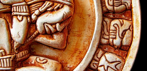 Primer plano de glifos en un calendario maya. Crédito: zimmytws / Adobe Stock