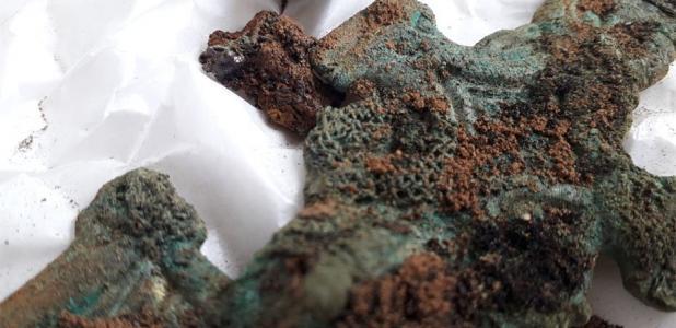 Tejido preservado encontrado en un broche sajón del enorme sitio de Overstone descubierto recientemente en Northamptonshire.